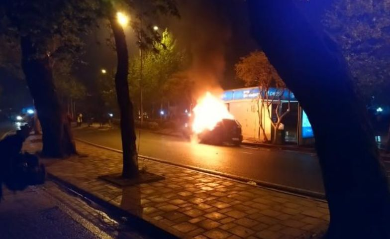 Digjet një makinë në protestë, rrezik të shpërthejë (FOTO)