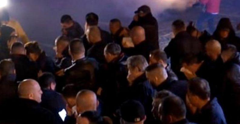 Gazetarë të gjakosur dhe protestues të shtrirë, pamjet e rënda nga protesta (FOTO)