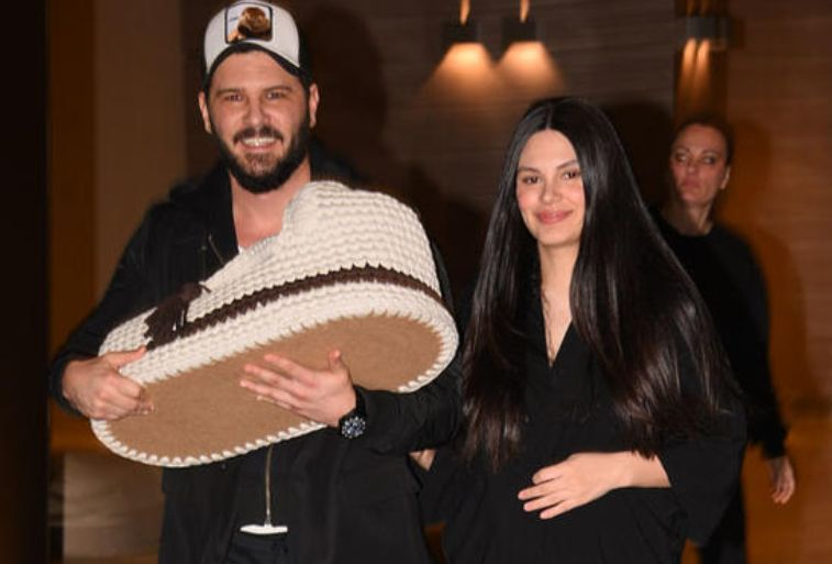 Për herë të parë pas lindjes, Almeda Abazi dhe Tolgahan shfaqen me të birin (VIDEO)