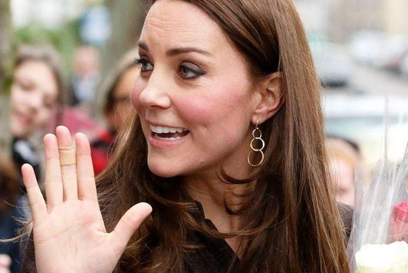 E keni vënë rë? Pse Kate Middleton mban gjithnjë leukoplast në gishta? (FOTO)