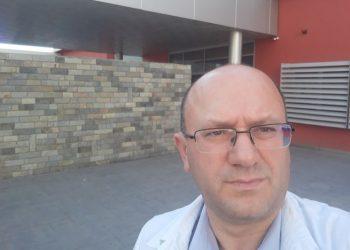"""Mjeku i QSUT me titull profesor mendon largimin: Përfundova roje se guxova të kandidojë përballë shefave """"të përjetshëm"""""""