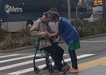 I moshuari ngec në mes të rrugës, dy adoleshentët e ndalojnë trafikun për ta ndihmuar (FOTO)