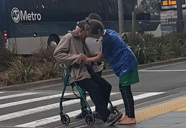 I moshuari ngec në mes të rrugës  dy adoleshentët e ndalojnë trafikun për ta ndihmuar