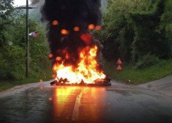 Plas në veri, momenti kur serbët gjuajnë me armë ndaj policisë (VIDEO)