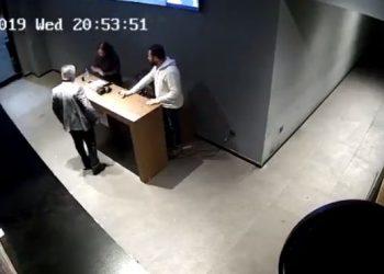 Pronari rreh me shpulla punonjësit: Pse nuk ngriheni në këmbë kur hyj unë? (VIDEO)