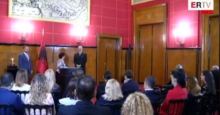 S'vdes Shqipëria, se ka burra si ty! Gruaja i thur lavde Ramës (VIDEO)
