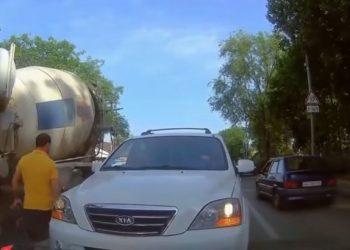 Ilaç për të fortët e rrugëve, ky shofer u jep një mësim të mirë këtyre tipave (VIDEO)