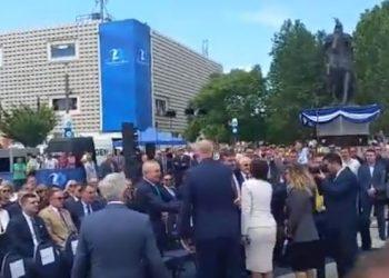 """""""Zjarr"""" në Tiranë, Rama dhe Meta shtrengojnë duart në Prishtinë (VIDEO)"""