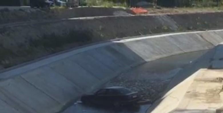Makina humb kontrollin dhe përfundon në lumin Gjanica (VIDEO)