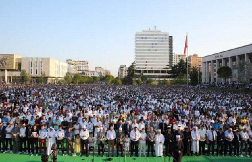 Mijëra në shesh, besimtarët myslimanë falin namazin e Kurban Bajramit