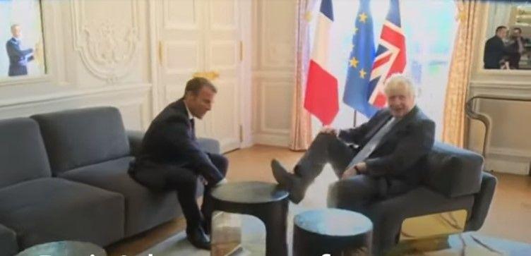 """""""Çmendet"""" kryeministri britanik, vendos këmbën në tavolinë në takimin me Macron (VIDEO)"""