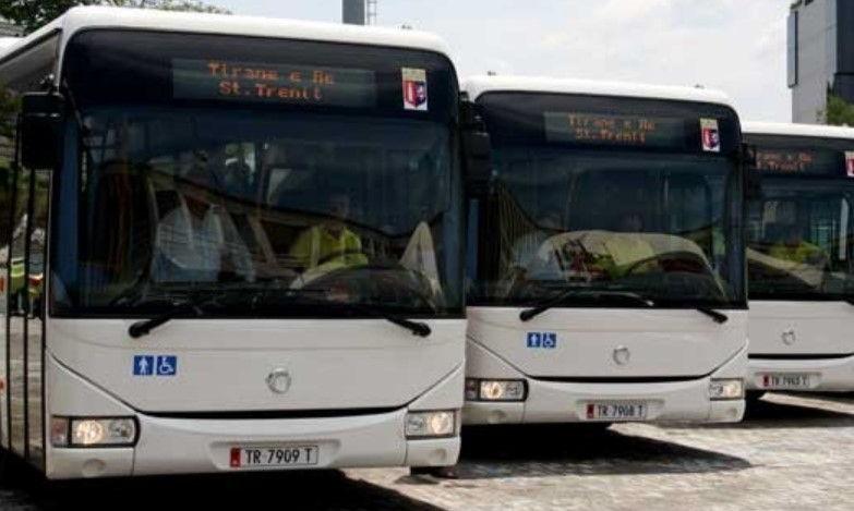 """""""Ndalon per rreth 10 min dhe shoferi dhe fatorinoja shkojn dhe pin kafe"""", qytetari rrëfen peripecitë me autobusët në Tiranë"""
