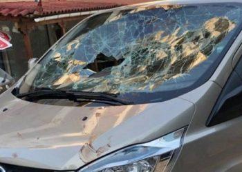 Publikohen pamjet kur Mihal Kokëdhima në Himarë terrorizon turistët spanjollë mbi xhamin e furgonit në ecje (VIDEO)