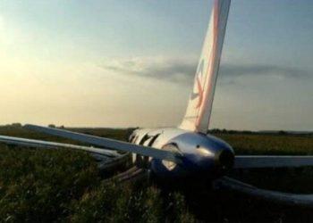 Tmerr në ajër për 233 pasagjerë, avioni ulet në fushën me misër (FOTO)