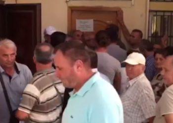 Radhë e gjatë për pasaporta në sportele, irritohen qytetarët e Sarandës: Këtu është kaos, fiton kush ka mik e pistoletë