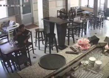 Reagimi i burrit të tmerruar i cili po pinte i vetëm në momentin kur godet tërmeti në Shqipëri (VIDEO)