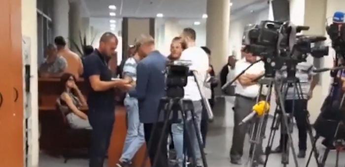 Shihni lëvizjet e Saimir Tahirit teksa pret vendimin final për gjyqin e jetës (VIDEO)