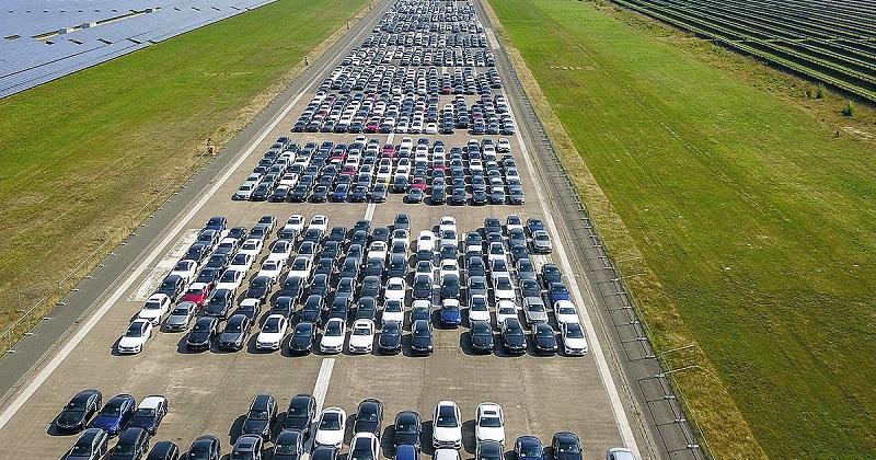 Mercedes parkon në aeroport 9000 makina! Ato vlejnë 1 miliard euro, por ekziston një arsye pse nuk janë në shitje (VIDEO)