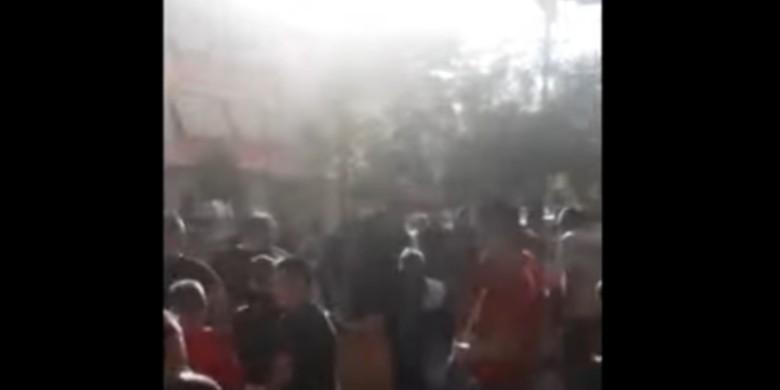 Turma në panik nga tërmeti mbush rrugët, makina merr para 50 vjeçarin me biçikletë (VIDEO)