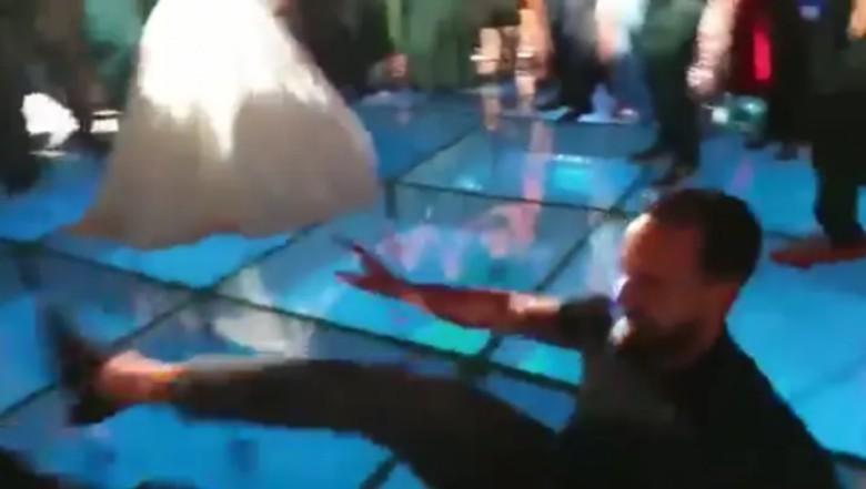 'Për të qarë e për të qeshur'! Moderatori i 'Top Channel' rrëzohet në mes të pistës së xhamit teksa kërcen në dasmën e Jonida Vokshit, të ftuarit nuk përmbahen (VIDEO)