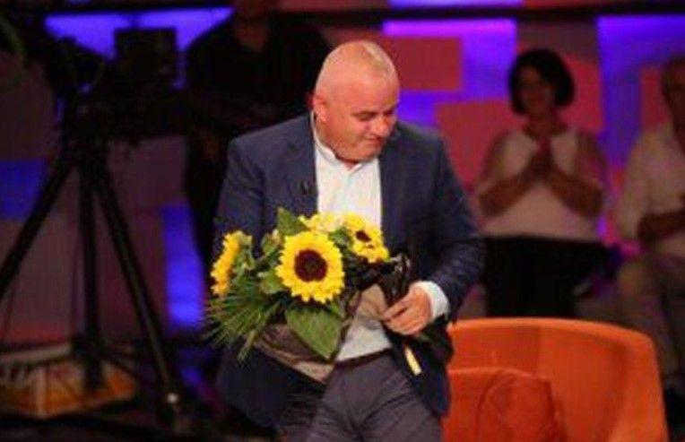 Ka dhe kështu, Artan Hoxha surprizohet nga gruaja në mes të emisionit (FOTO)