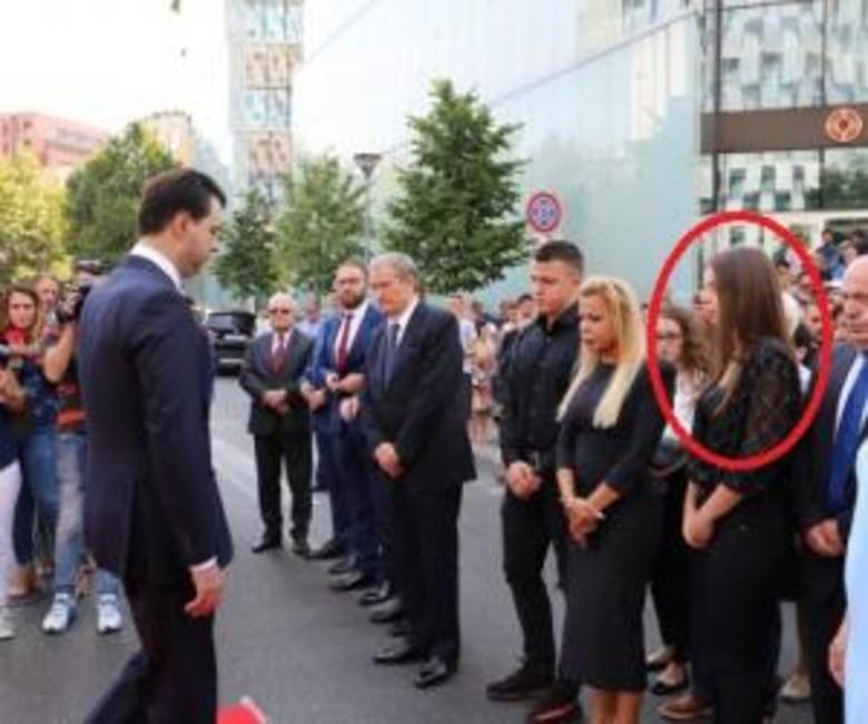 Kjo nuk pritej  Kush është vajza misterioze në krah të djalit të Azem Hajdarit