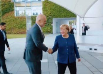 Jo vetëm Rama e takoi kancelaren, ja kush është shqiptari i famshëm që kërcen e bën foto me Merkel (VIDEO)