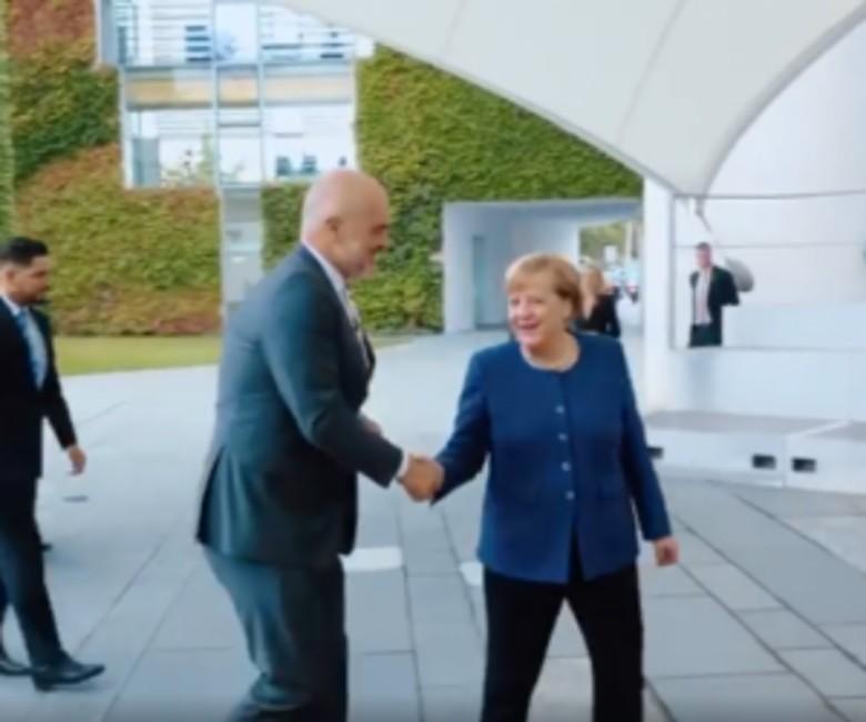 Jo vetëm Rama e takoi kancelaren  ja kush është shqiptari i famshëm që kërcen e bën foto me Merkel