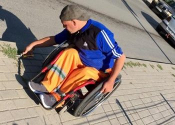 Punëtori shqiptar në karrocë, mesazh politikanëve: Mos e kërkoni votën time