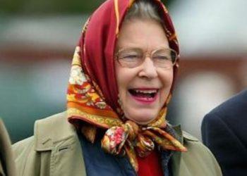 Mbretëresha e Anglisë s'njihet nga turistët afër pronës së saj ku ishte duke shëtitur, zbuloni si i vë ajo në lojë