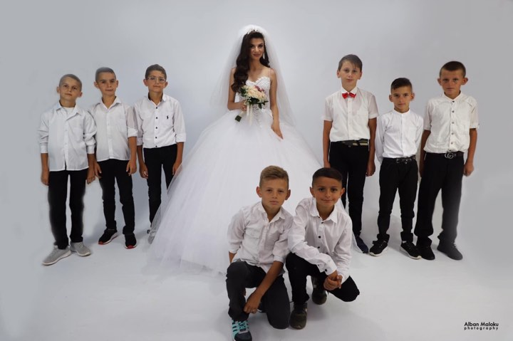 Mësuesja shqiptare në ditën e dasmës, mbledh nxënësit e klasës për një qëllim
