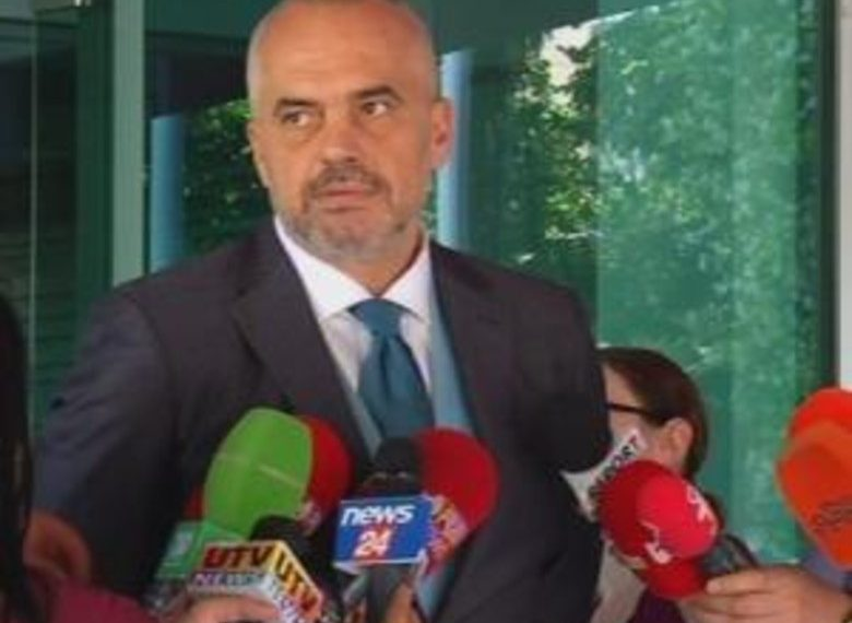 Urdhri i Ramës për të shkarkuar drejtorët meshkuj, vijnë dorëheqjet e para në bashkinë e Sarandës