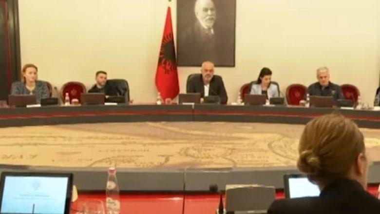 Momenti kur tërmeti godet Shqipërinë gjatë mbledhjes së Qeverisë (VIDEO)