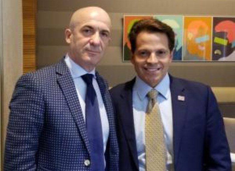 Deputeti opozitës shqiptare takon miliarderin amerikan, ish-zëdhënës i Trump, vjen mesazhi i fortë për Shqipërinë