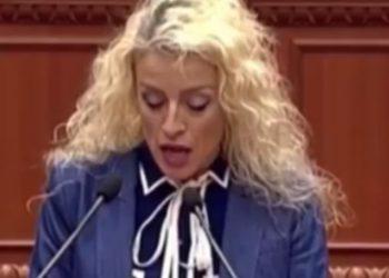 Nuk shqipton dot fjalët, deputetja demokrate 'bëhet lëmsh' gjatë fjalimit në Kuvend, publikohet video-ja që po bën namin në rrjet (VIDEO)