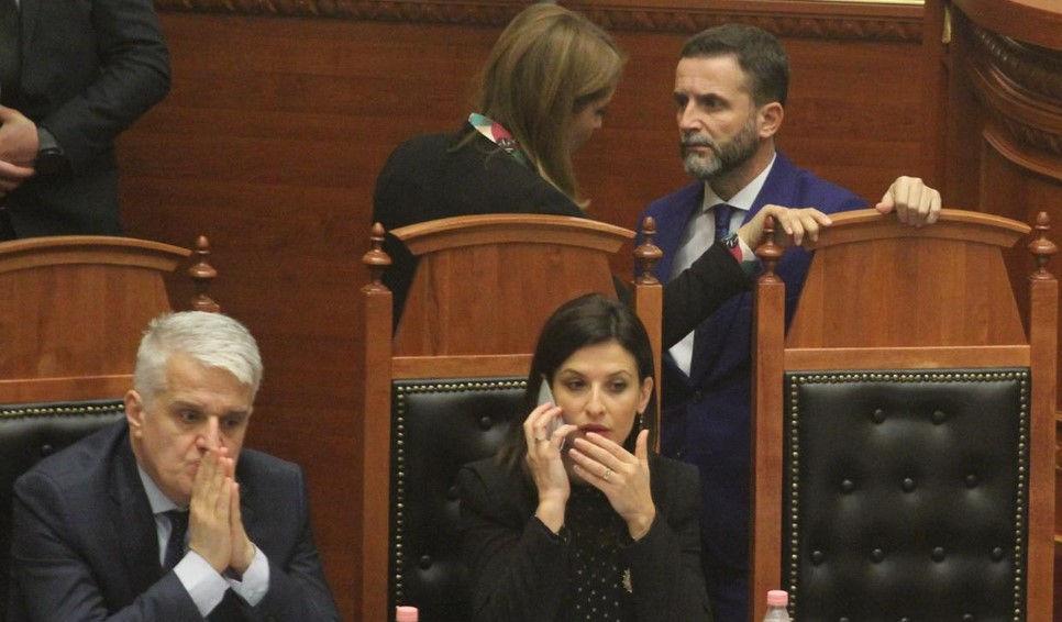 Pamjet që po bëjnë xhiron në rrjet, Erion Braçe 'përgjon' telefonin e ministres së Drejtësisë
