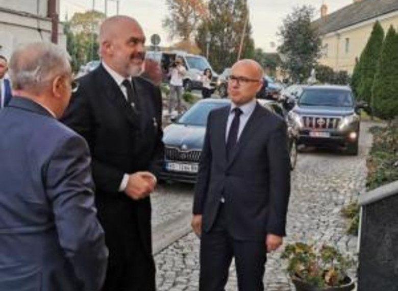 Kryeministri Rama mbërrin në Novi Sad të Serbisë, tërheq vëmendjen me veshjen e tij (FOTO)
