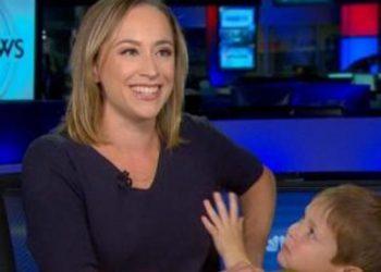 Korrespondentes hyn djali në studio teksa raportonte live ngjarjen e sulmit në Siri nga SHBA-ja dhe Turqia (VIDEO)