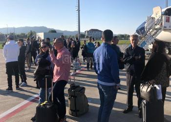 Aeroporti i Rinasit harron pasagjerët në pistë, nuk dërgon autobusët të marrin udhëtarët (FOTO)