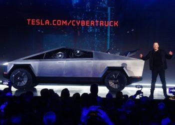 Dështon prezantimi i makinës epike 'Tesla', thyhen xhamat e blinduar (VIDEO)