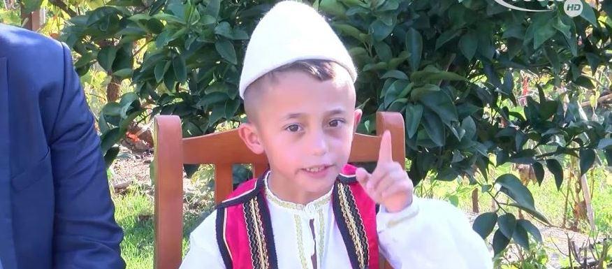 I jashtëzakonshëm! 7 vjeçari nga Lezha interpreton 2800 vargje të Fishtës pa u ndalur, video që po bën xhiron e rrjetit (VIDEO)