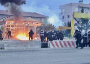 Përplasje mes banorëve dhe forcave të policisë në Tiranë (VIDEO)