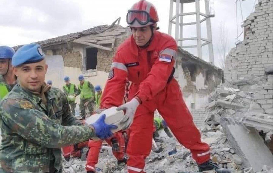 Serbia 'njeh' Kosovën, në dhimbje harrohen edhe kufijtë, ushtari serb dhe i Kosovës ndihmojnë së bashku (FOTO)