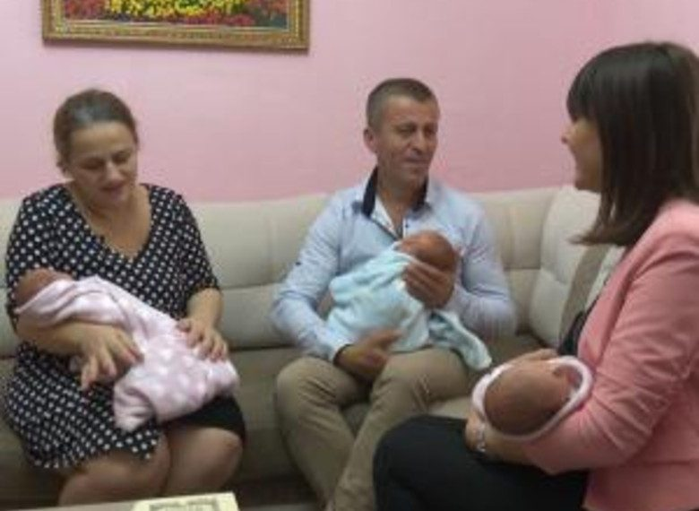 Rrëfimi prekës i dy prindërve shqiptarë i përlot të gjithë: Morëm edhe kredi për të lindur fëmijë, zoti na shpërbleu me trinjakë