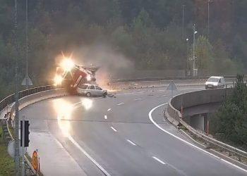 Pamje si nëpër filma: Makina përplas kamionin dhe e nxjerr nga rruga (VIDEO)