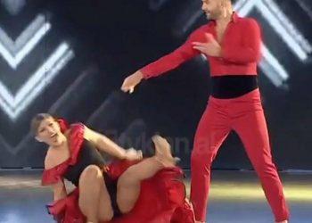 Askush nuk do dëshironte të gjendej në një situatë të tillë! Prezantuesja e njohur shqiptare rrëzohet në mes të spektaklit (VIDEO)
