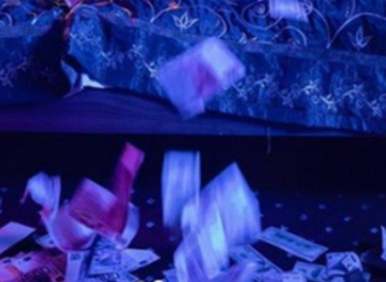 Këngëtarja e njohur shqiptare fotografohet në krevat e mbuluar e gjitha me para dhe nuk ngeli njeri pa e komentuar (FOTO)
