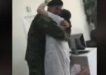 Moment emocionues, ushtari shqiptar befason të ëmën, takohet me të pas misionit në Afganistan (VIDEO)