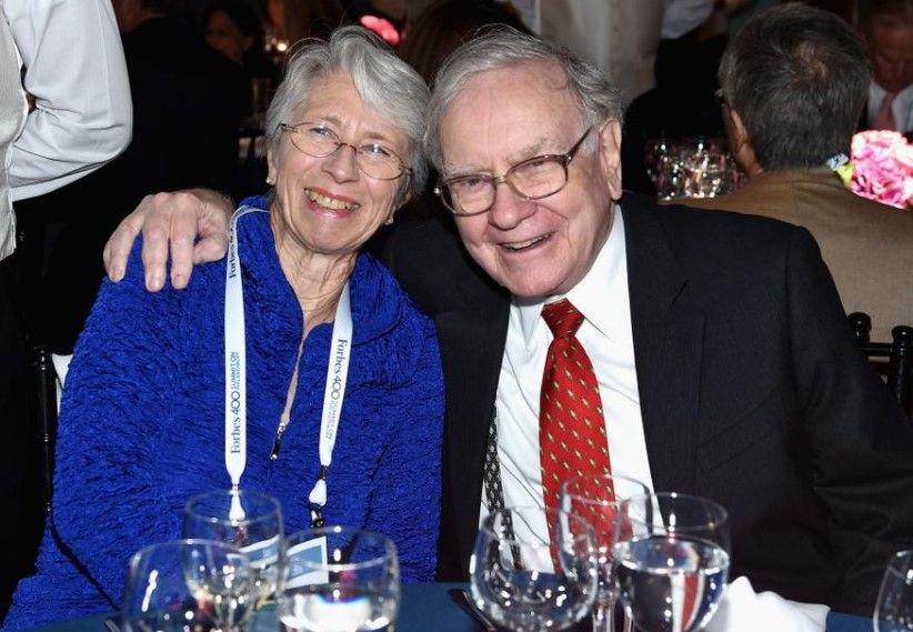 Miliarderi Warren Buffett thekson: Në jetë më e rëndësishme është të të dashurojë bashkëshortja