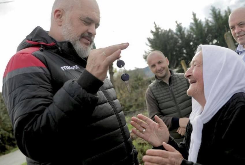 Rama i jep çelsin e shtëpisë së re të moshuarës në Kashar, te dera një tufë me hudhra kundër shejtanit (VIDEO)
